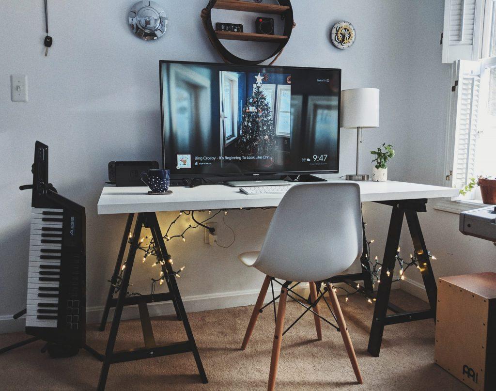 escritorio blanco con caballetes