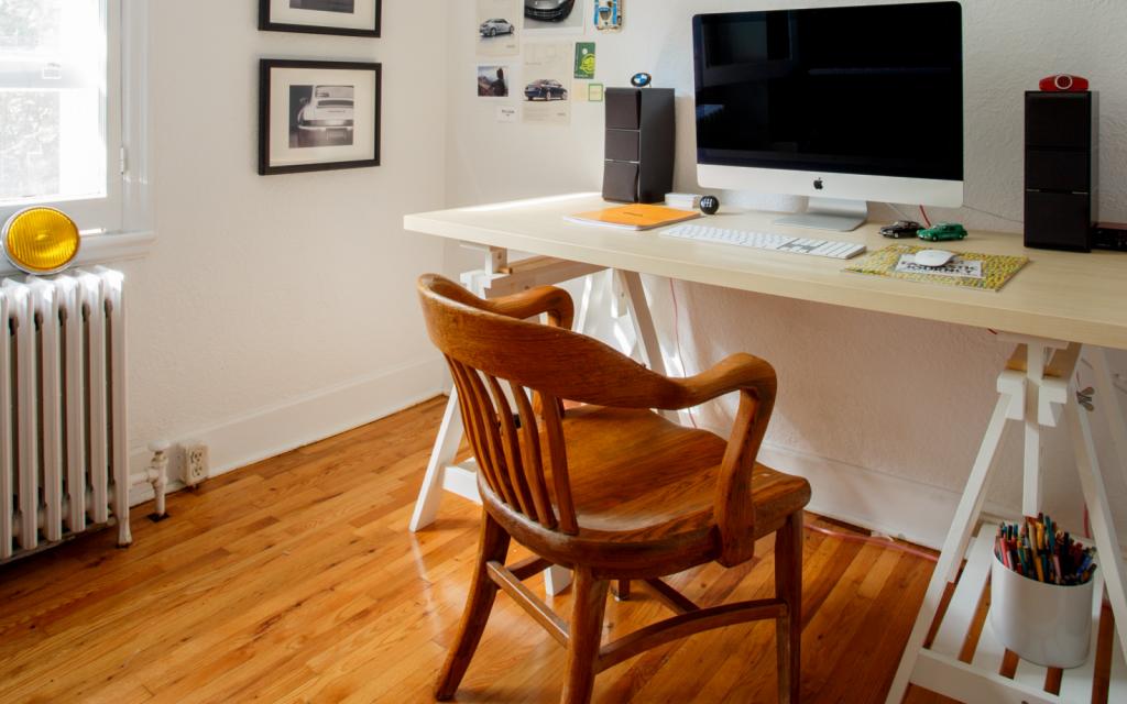 escritorio con caballetes de madera